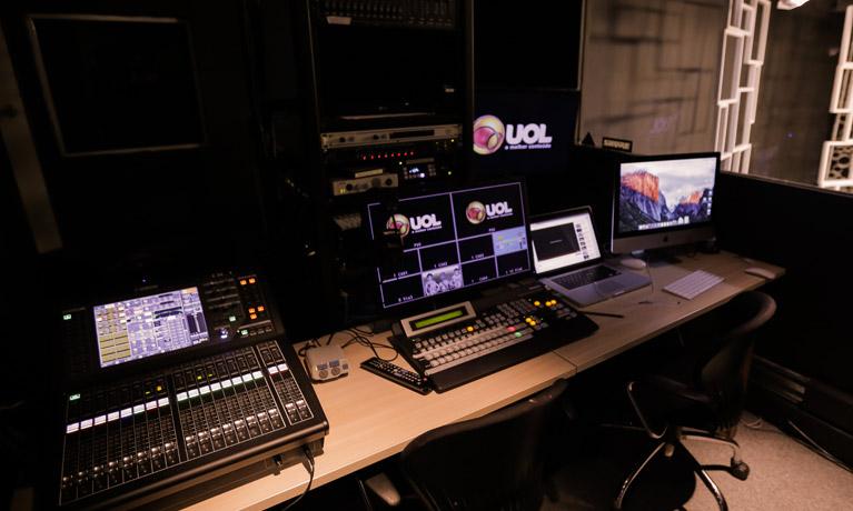 estúdio de gravação UOL com mesa e aparelhos de mixagem