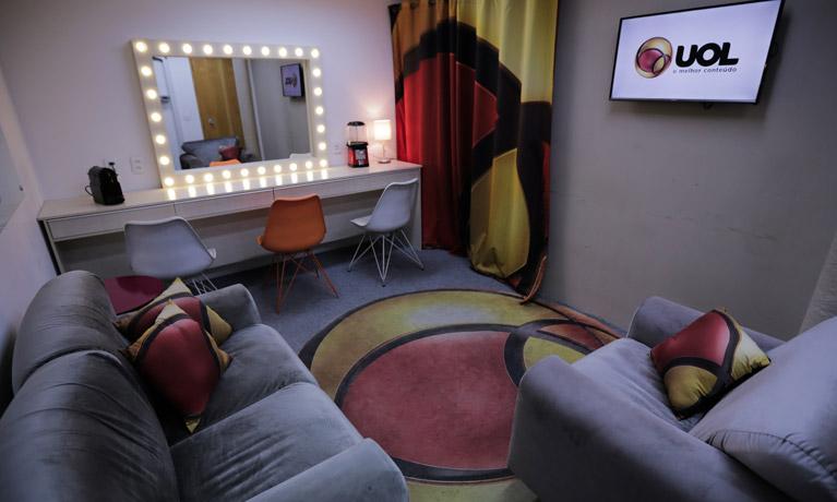 camarim UOL com sofá, poltrona, cadeiras e um espelho