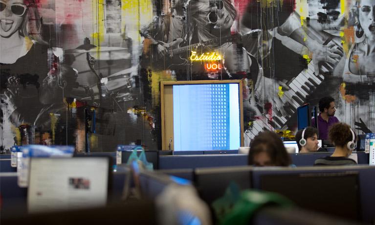 escritório do estúdio UOL com algumas pessoas trabalhando